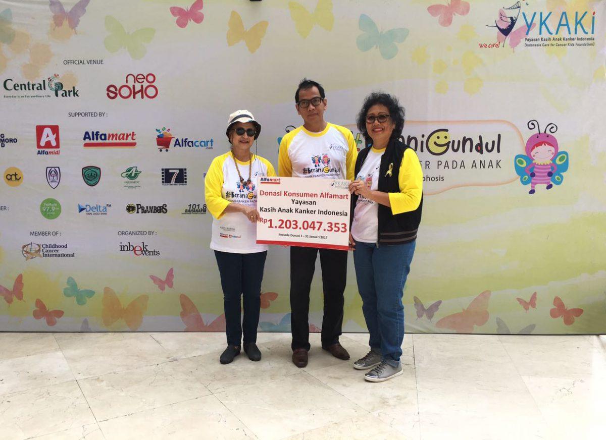 Penyerahan Dana Donasi Konsumen Alfamart kepada YKAKi